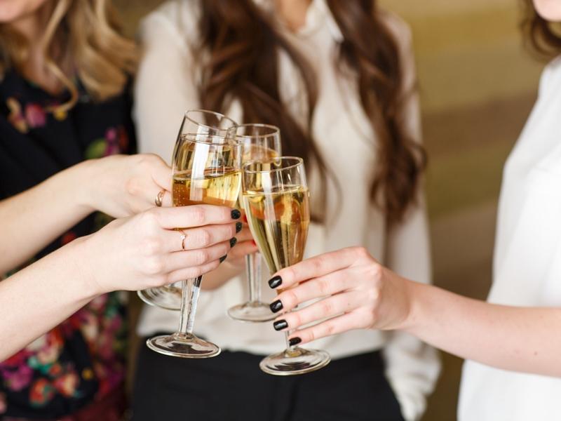 Минздрав предлагает запретить реализацию алкоголя лицам до21 года