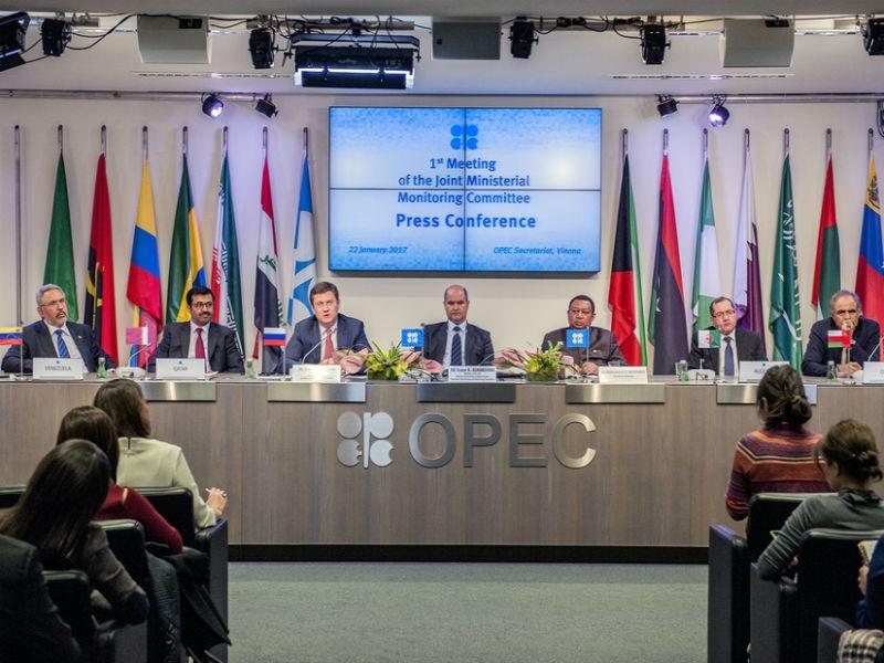 Новак: Российская Федерация уменьшает добычу нефти сопережением планов