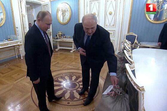 Лукашенко вручил Путину мешки с картошкой и сало