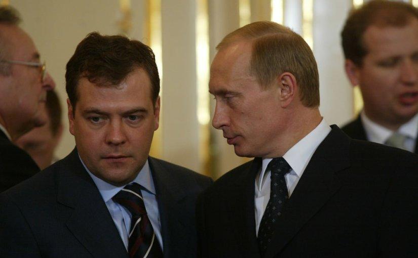 Путин поручил Медведеву контролировать исполнение нацпроектов в регионах