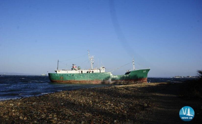Шторм выбросил корейское судно на берег во Владивостоке