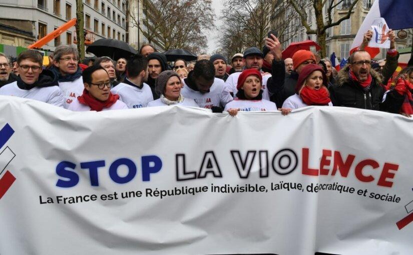В Париже появились «красные шарфы»