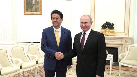 Переговоры Путина и Абэ в Москве начались со слов благодарности