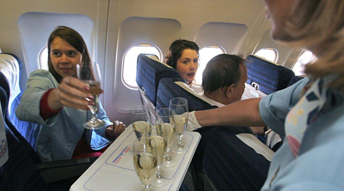 Салон самолёта борт обслуживание, алкогольные напитки, стюардесса