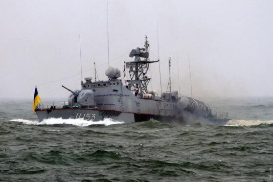 Украинские катера со стрельбой задержали судно под флагом Танзании