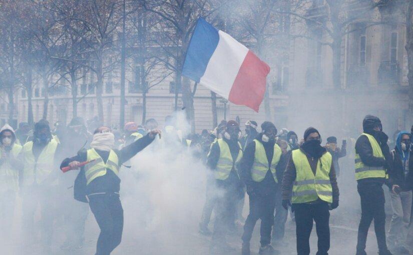 Парижские жандармы готовятся встретить протестующих броневиками