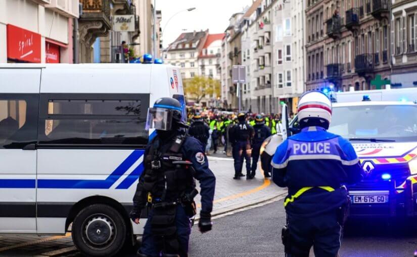 """60 """"желтых жилетов"""" подрались с полицией во Франции"""