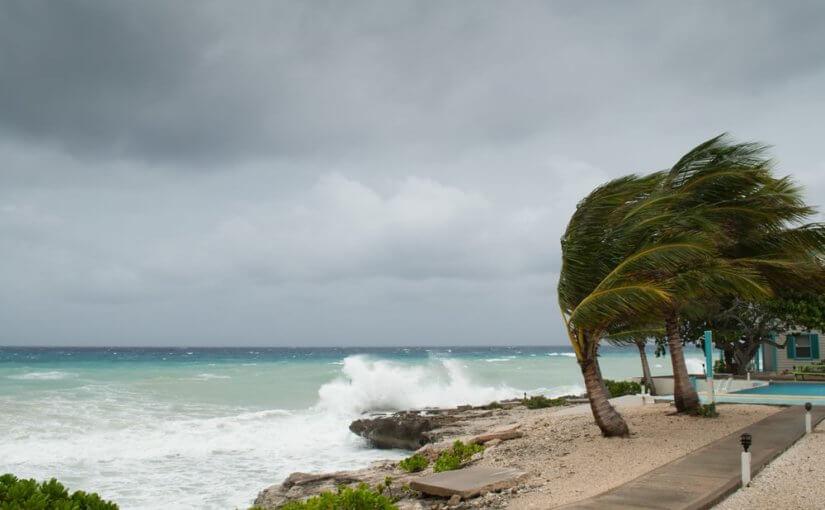 Ураган у берегов Таиланда выдохся, но отдых на курортах все равно испортит