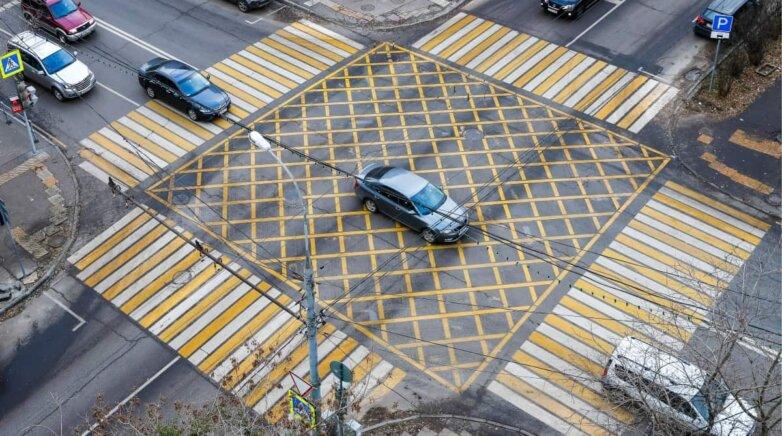 Вафельная разметка, дорога, перекрёсток, автомобили, машины, пешеходный переход, зебра