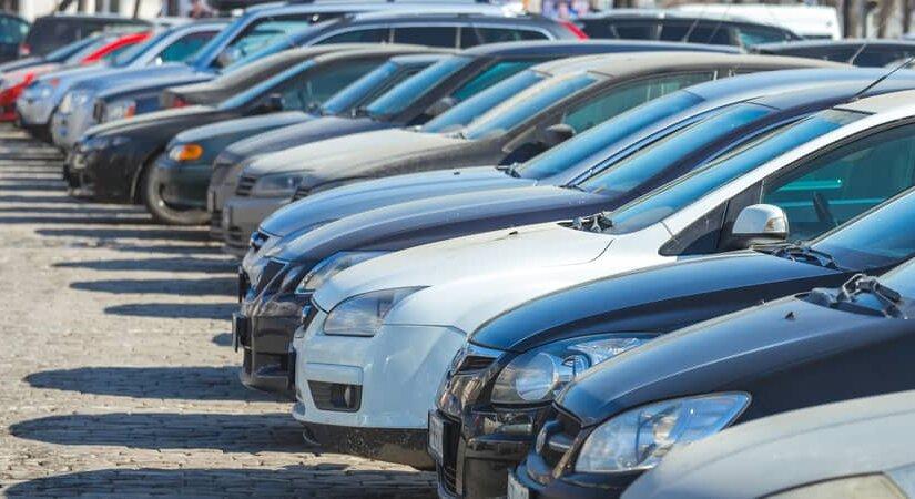 «Это фейк»: депутаты Госдумы – о запрете продажи машин без места для парковки
