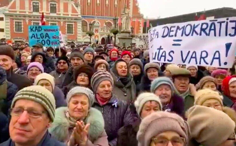 Жители Латвии вышли на митинг в поддержку мэра Риги Нила Ушакова
