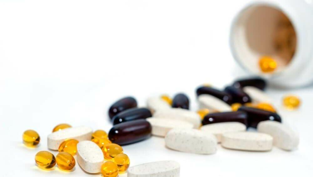 Витамины БАДы добавки белый фон