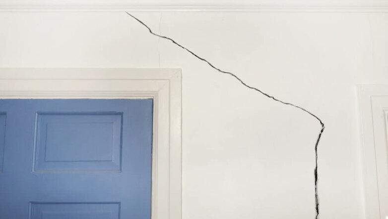 Аварийное жилье, трещина в стене, квартира, дом