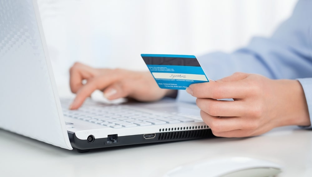 Ноутбук, кредитная карта, онлайн покупка, интернет платёж, оплата