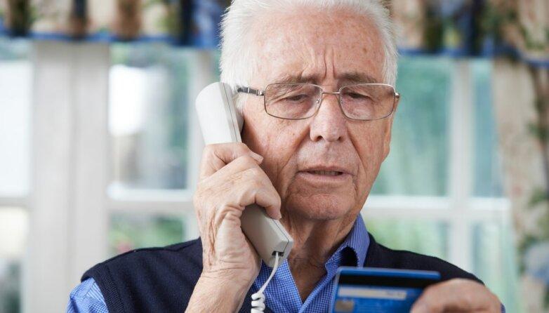 Пожилой мужчина, старик, дедушка, телефон, кредитная карта