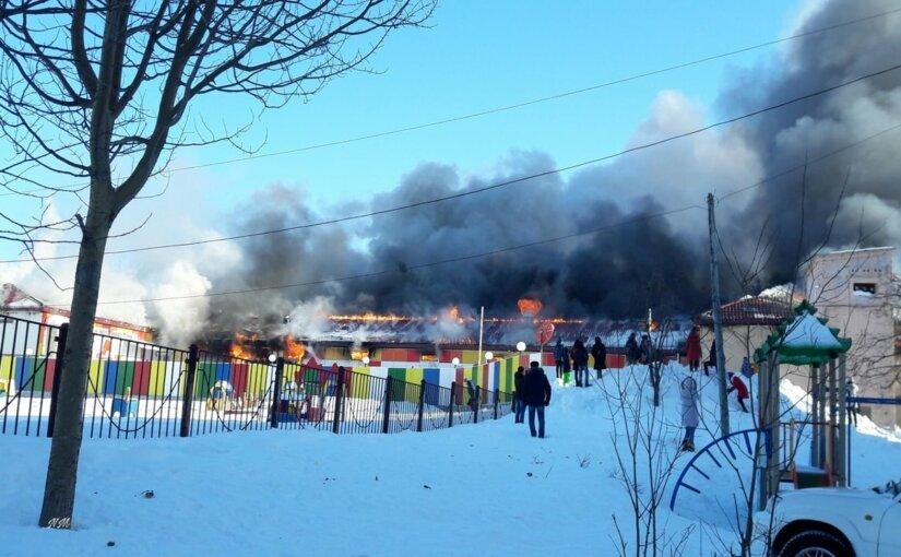 На Сахалине полностью сгорел торговый центр