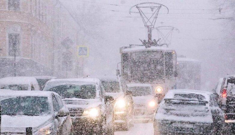 Зима в Москве, метель, пробки