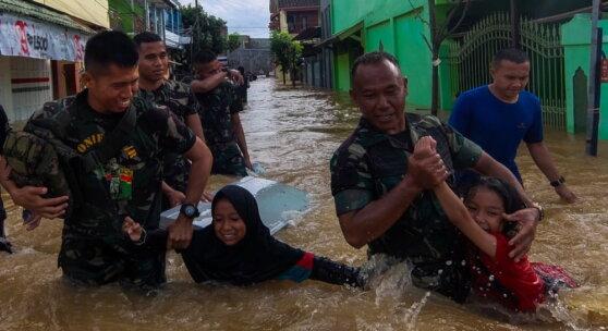 63 человека погибли при наводнении в Индонезии
