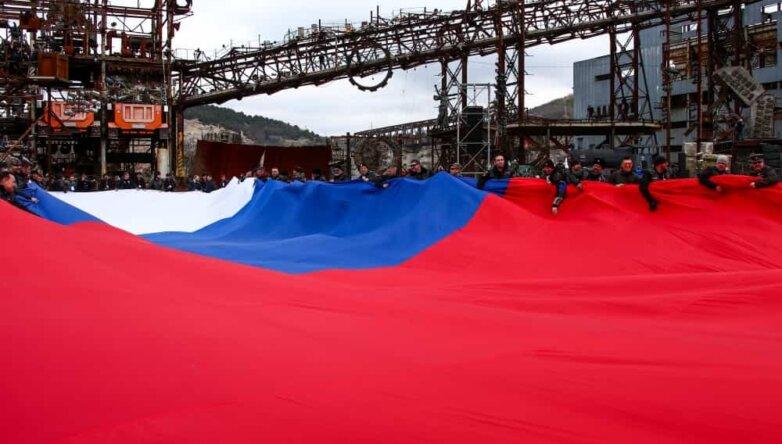 Самый большой флаг России развернули в Севастополе