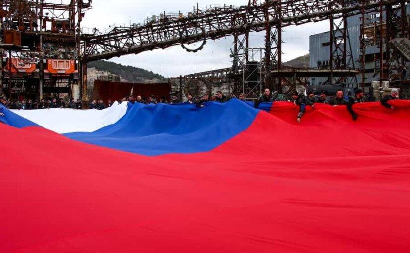 «Ночные волки» развернули в Севастополе самый большой флаг России