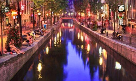 Экскурсии по барам квартала красных фонарей в Амстердаме запретят с 2020 года