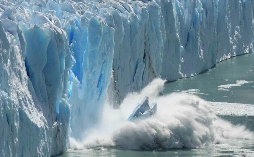 В Исландии туристов едва не смыло мощной волной после обрушения ледника