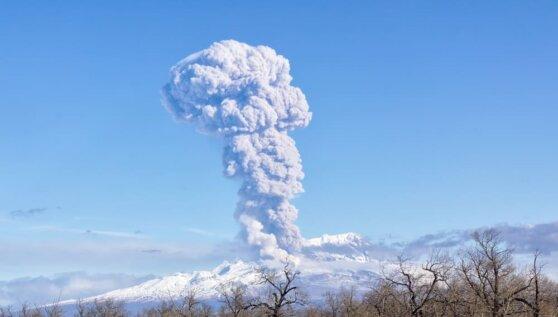 Камчатский вулкан Шивелуч второй раз в марте выбросил столб пепла высотой в 5 км