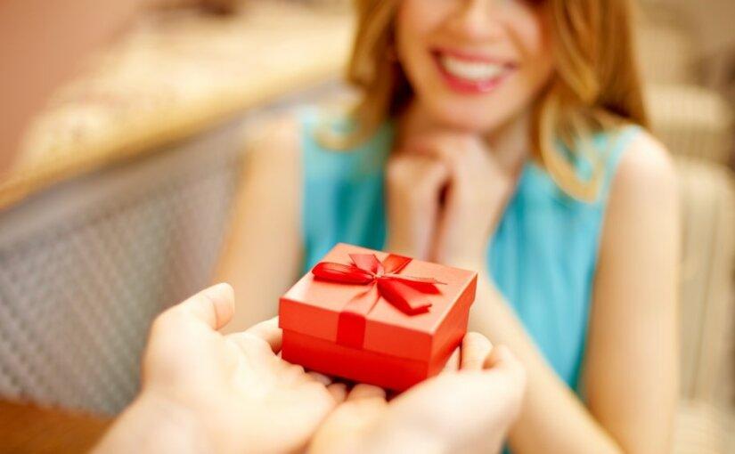 Социологи назвали самые желанные подарки российских женщин к 8 марта