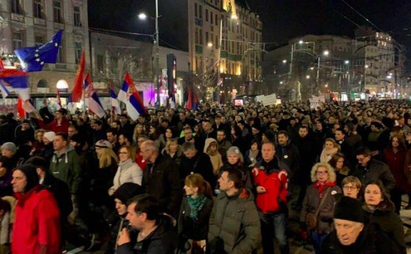 Полсотни протестующих пытались захватить здание гостелеканала в Сербии