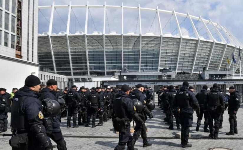 К стадиону «Олимпийский» в Киеве стянули автозаки и тяжёлую технику