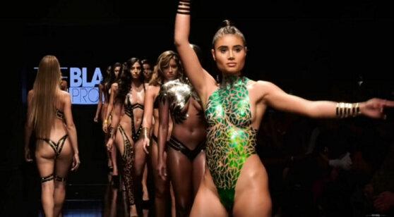 Появилось видео с модного показа, где бикини больше ничего не скрывают