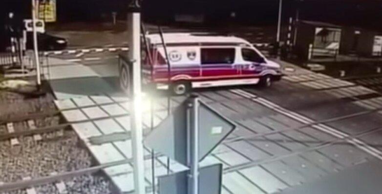"""Поезд протаранил машину """"Скорой помощи"""""""