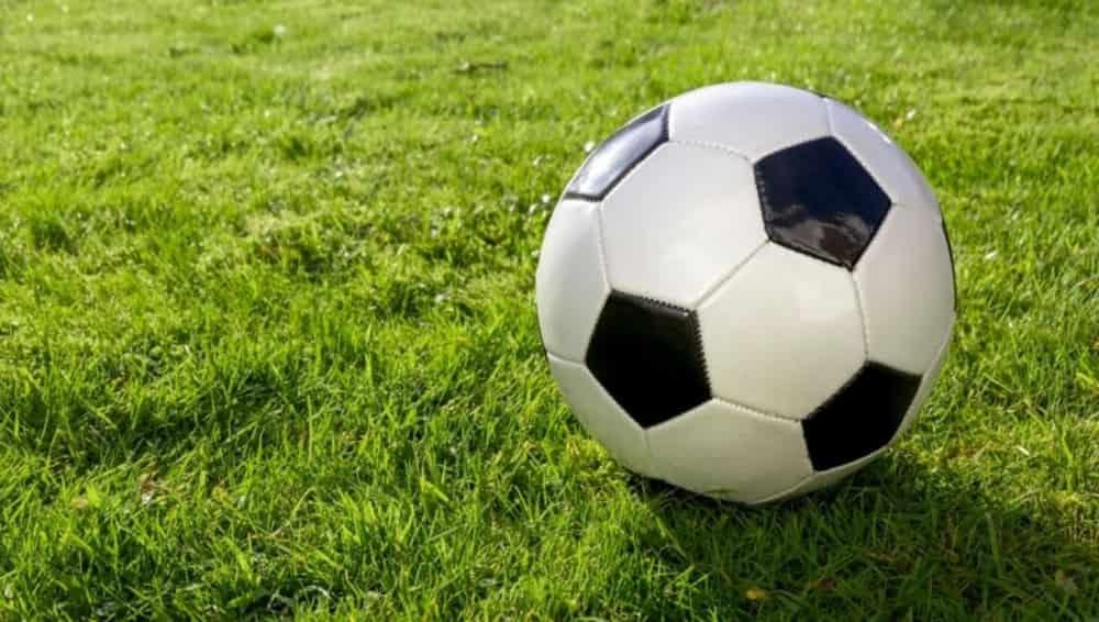 Спорт футбол мяч на траве