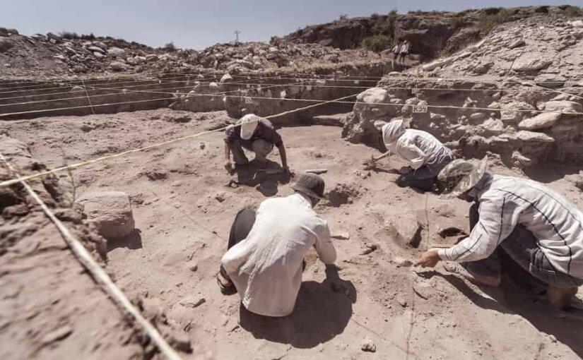 Процесс извлечения мумий из саркофагов на древнем египетском кладбище показали на видео