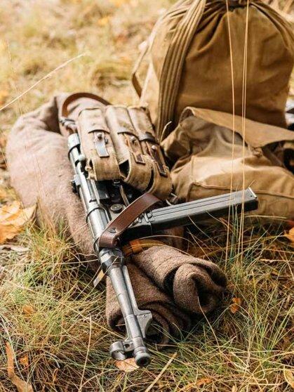 МР40 никогда не был по-настоящему массовым оружием вермахта. За всю войну в Германии этих пистолетов-пулеметов было произведено около 1,2 млн штук, ими вооружали экипажи боевых машин, разведчиков, десантников и сержантский состав