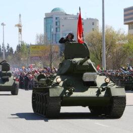 Парад военной техники из музея УГМК