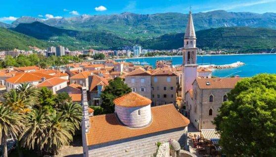 В Черногории хотят ввести штраф для туристов за прогулки без майки