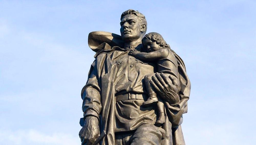 Памятник «Воин-освободитель» в Трептов-парке в Берлине