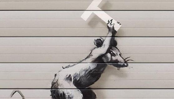 Бэнкси показал новое граффити в лондонском аэропорту Хитроу