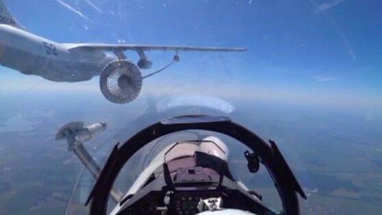 Дозаправку истребителей в воздухе показали на видео