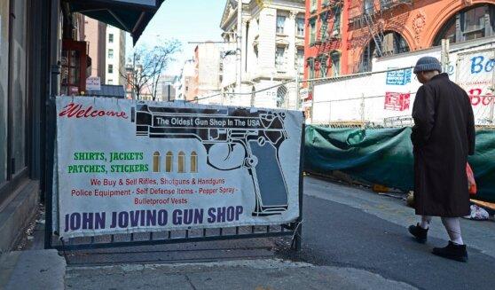 Реклама оружейного магазина в Нью-Йорке