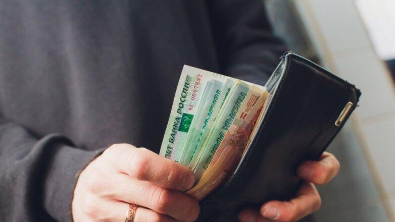 Деньги рубли зарплата кошелёк в руках