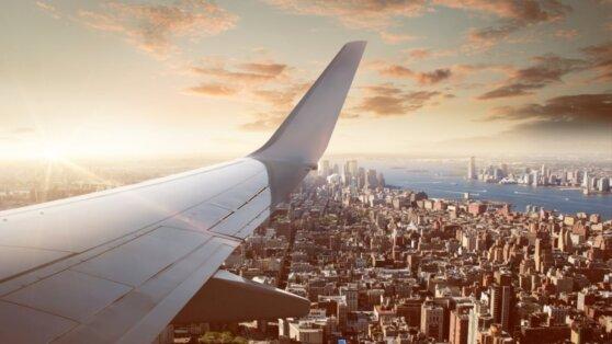 Австралийскую порнозвезду сняли с самолета за поддержку беспорядков в США