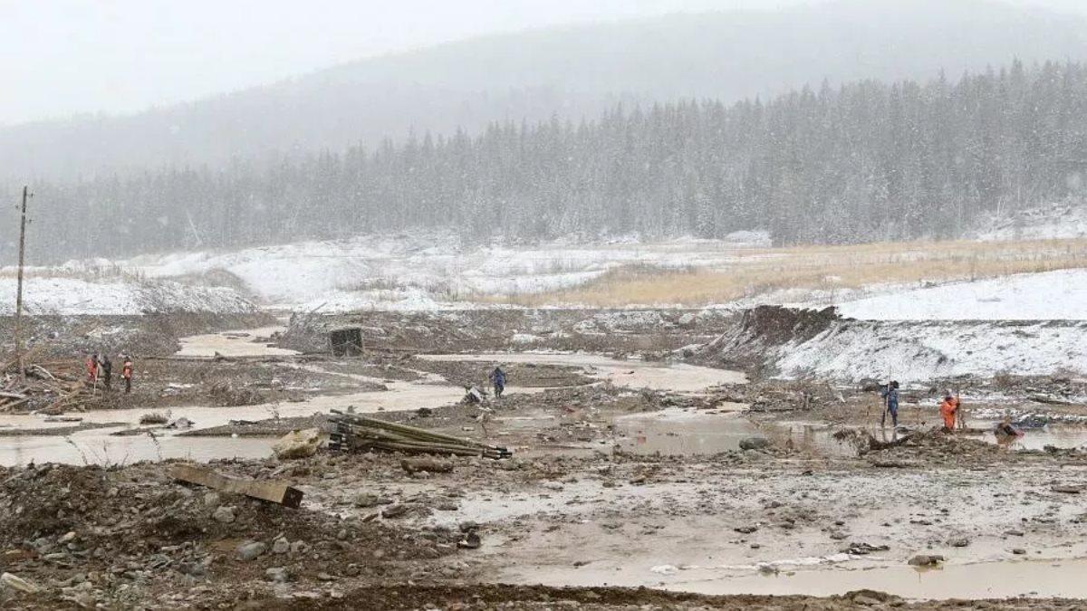 В СКР назвали версию причины прорыва дамбы в Красноярском крае