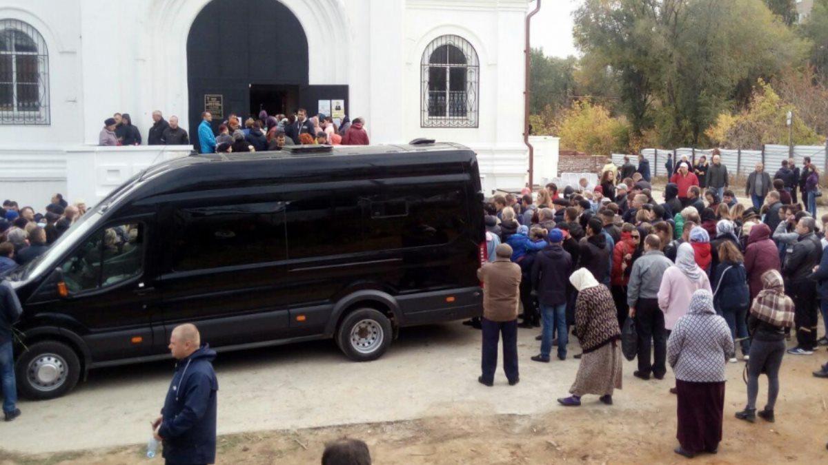 Сотни жителей Саратова вышли проститься с убитой девятилетней девочкой