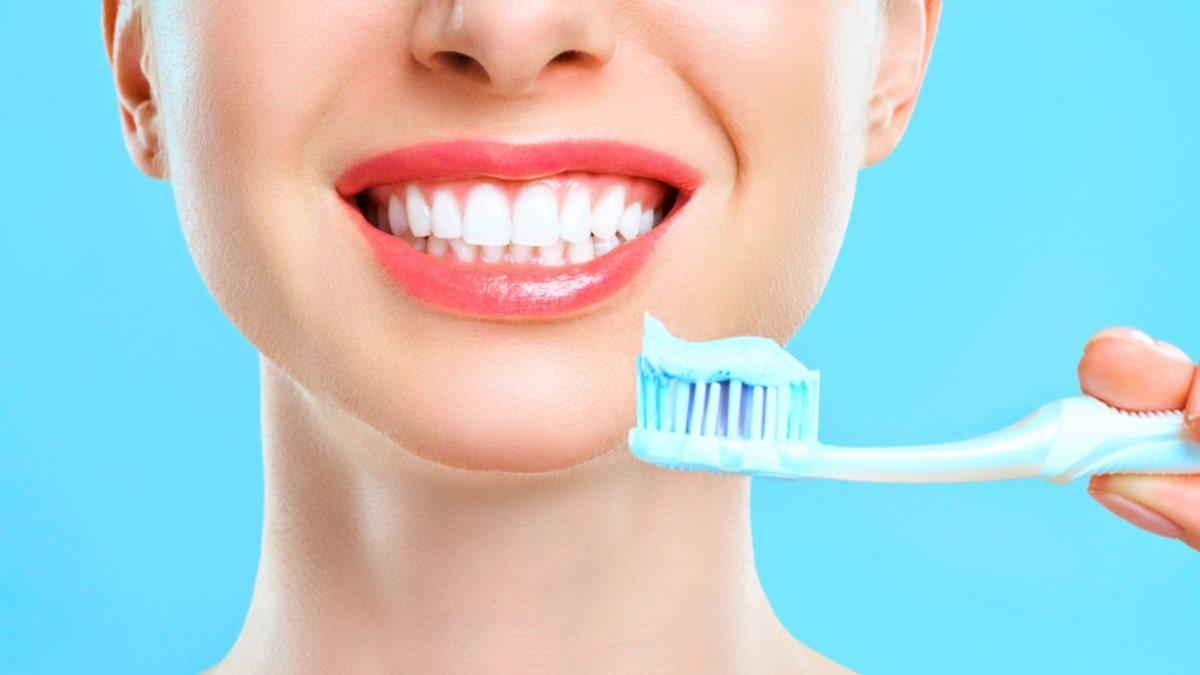 Стоматологи рассказали, почему зубы нужно чистить до завтрака