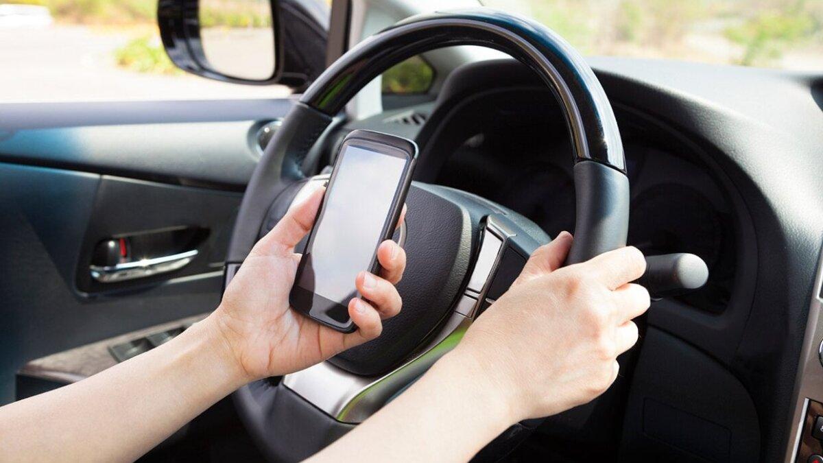 Эксперты назвали три вредных привычки водителей