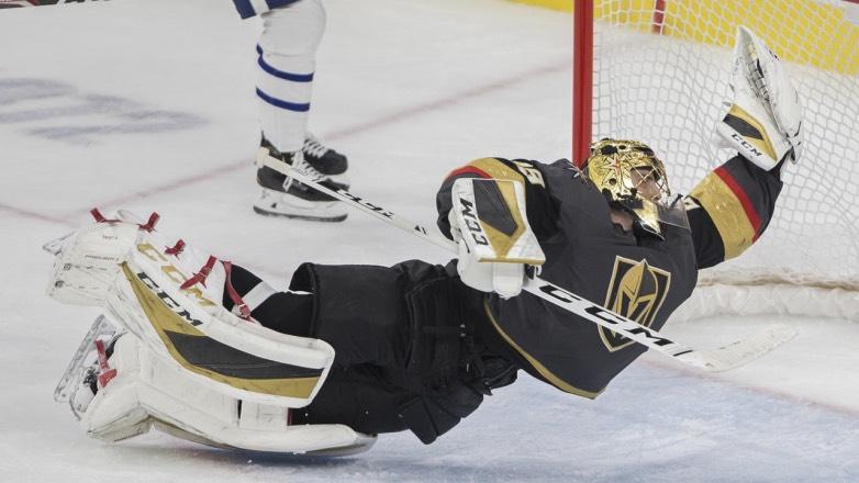 Видео фантастического сейва канадского хоккеиста поразило соцсети