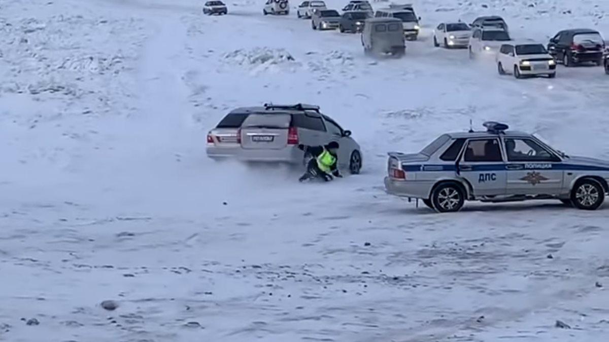 Инцидент с инспектором ГИБДД на ледовой переправе в Якутии попал на видео