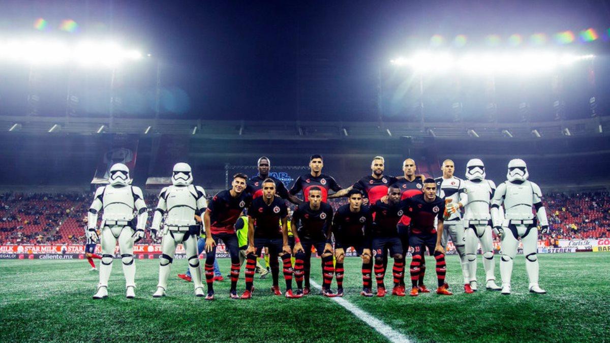 Штурмовики из «Звёздных войн» вывели на поле мексиканских футболистов